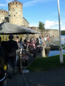 På väg till operan på pontonbron - på 1960-talet roddes publiken över...