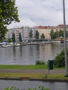 Torget till vänster, Ångbåtar i passagerarhamnen till höger. Waahto i mitten
