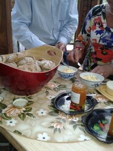 ... och specialiteten: chilisemlor med smör, ost - och chilispetsad apelsinmarmelad.