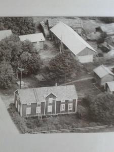 Flygbild, troligen 1959. Svårt skilja tallen från den bakomvarande häggen
