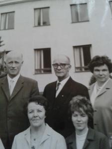 A W Ekman omgiven av kollegerna Bäcken, Majken, Baba och Bäckskon (hustru till Bäck)