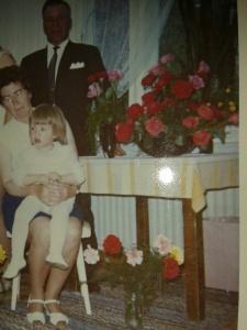 En del av mina Studentrosor, snyggt arrangerade av min syster med floristiska fingrar i en stor skål. Pappa, Faster och Systerdotter med på bilden.