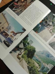 Ett foto från en guidebok över Mostar, i brist på annat bildmaterial. Den brunhårigas byrå längst till vänster, den berömda bron Stari Most till höger, gatuvy från den turkiskinfluerade gatan...