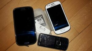 en äldre telefon plus de två nyligen pensionerade smarttelefonerna, Vikt 94, 136 och 150 gram. Fotade med den nuvarande, 150 gram.