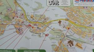 """Stadskarta. Ett hotell heter Tott, förstås. Olofsborg är den röda pricken som leder till den gröna textrutan """"herkuttele linnassa"""""""