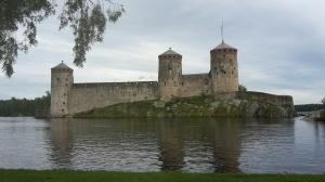 Olofsborg från väster. Pontonbryggan som numera leder till borgen kan skönjas längst till höger