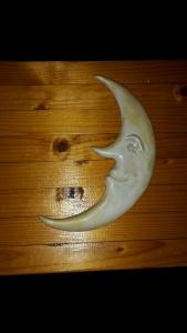 Månen som alltid är ny, hänger på väggen...