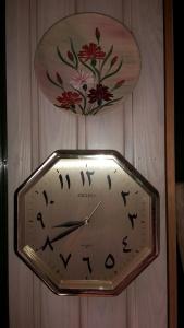 Hur en klocka för vänsterhänta kan tänkas se ut? Nej, men en arabisk sådan.