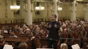 Dirigenten Jonas Rannila i farten i Johanneskyrkan, 2015