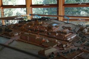 Miniatyr av fångkoloniområdet. verkstäder och fängelset, fyravåningsbyggnaden